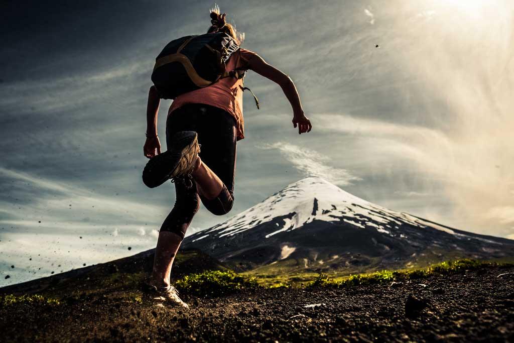 Ženska teče po hribih