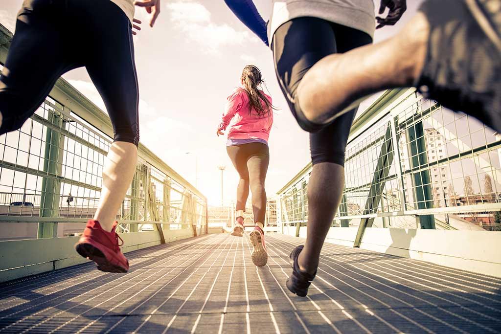 Ženske tečejo čez most