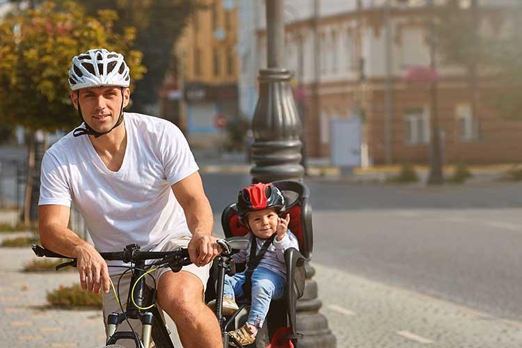 Očka in otrok na kolesu s stolčkom
