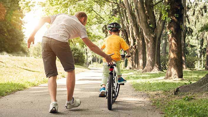 Očka uči sina voziti kolo