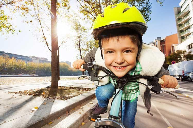 Razigrani in veseli otrok na kolesu