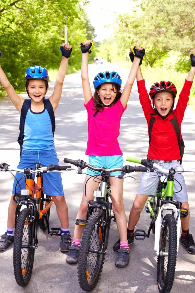 Veseli otroci na kolesu