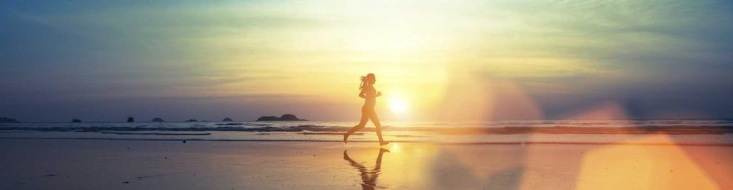 Ženska teče po plaži